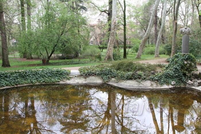 Letras de viajes espa a madrid jard n el capricho for Estanque para patos jardin