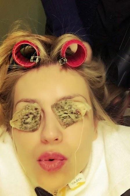Thalía usa sachês de chá nos olhos para tratar olheiras