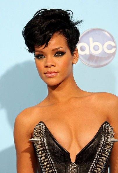 cheveux courts afro coupe black  rihanna 2