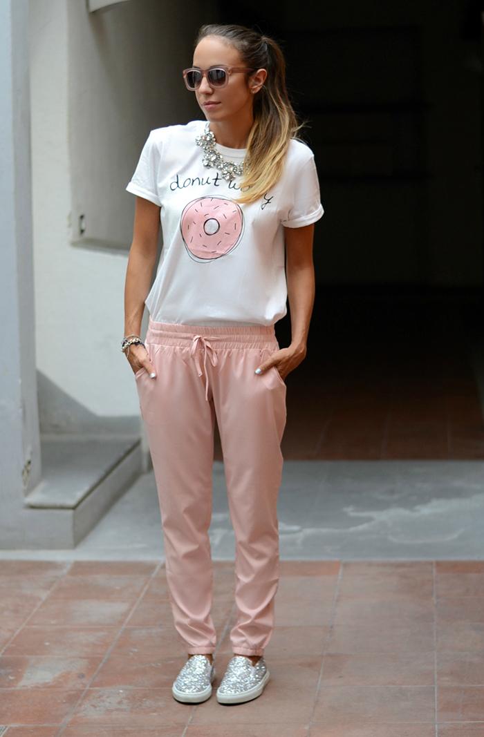 pantaloni rosa t-shirt scarpe glitterata