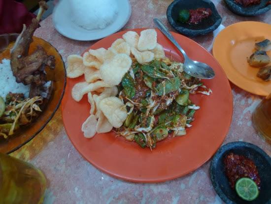 Kredok, ensalada de verdura cruda, con salsa de cacahuetes