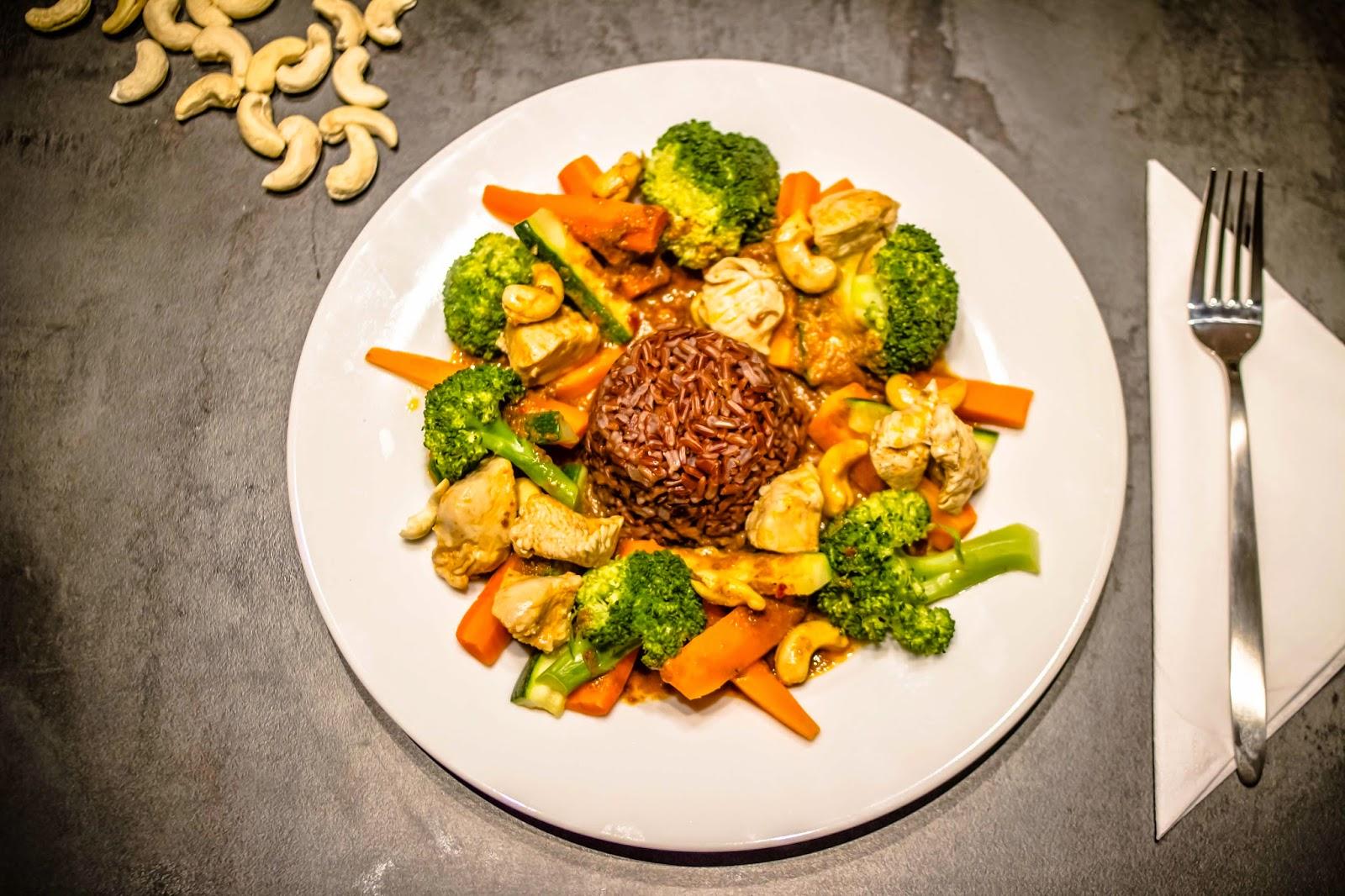 Hähnchencurry mit Gemüse und rotem Jasminreis