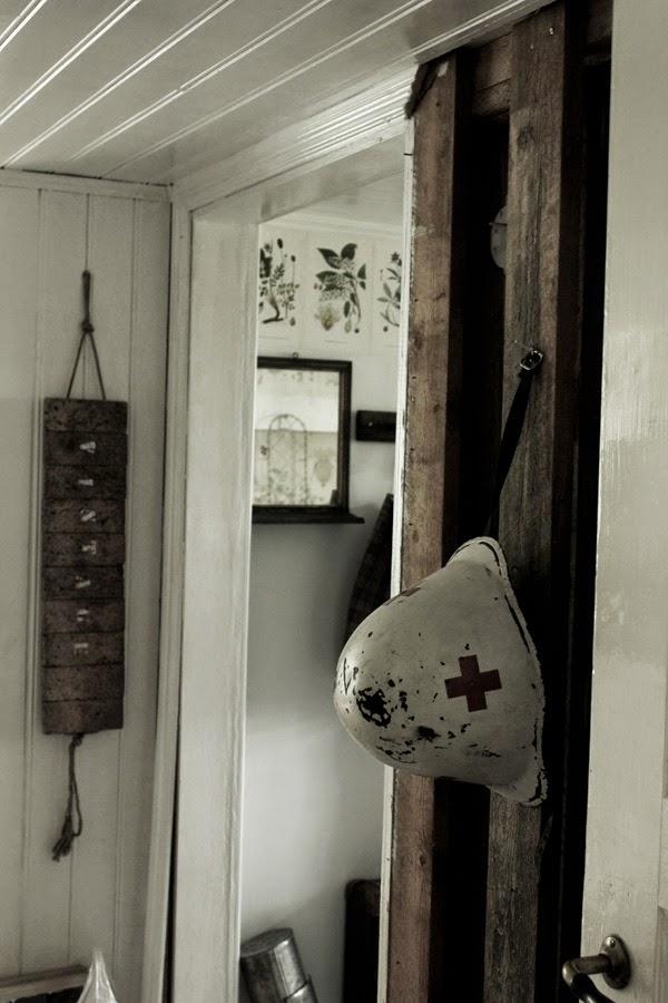 sjukhus, gammal hjälm, vit hjälm med rött kors, gård i varberg, sik, gamla saker till försäljning i varberg, halland, tips,