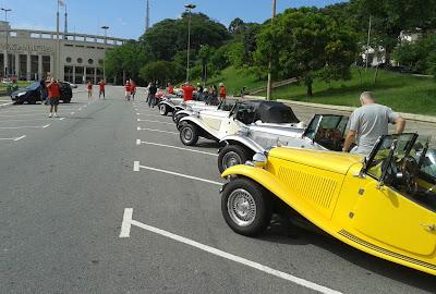 Os primeiros MPs chegam ao ponto de largada do passeio: a Praça Charles Miller.