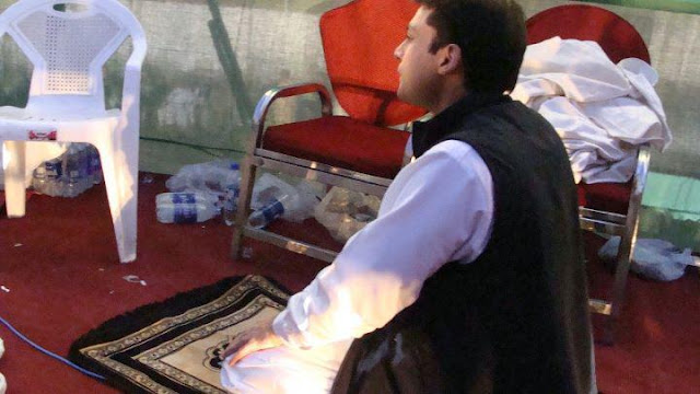 Hamza Shahbaz Offering Namaz On Back Stage