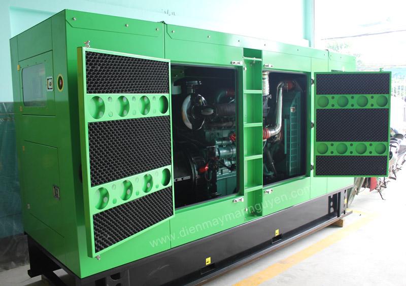 Máy phát điện diesel có vỏ màu xanh