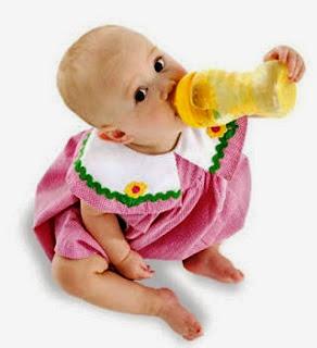 Gambar bayi lucu dengan botol susu