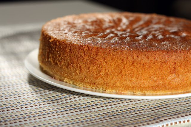 Biskvitni kolač sa pastom od badema (almond cake)