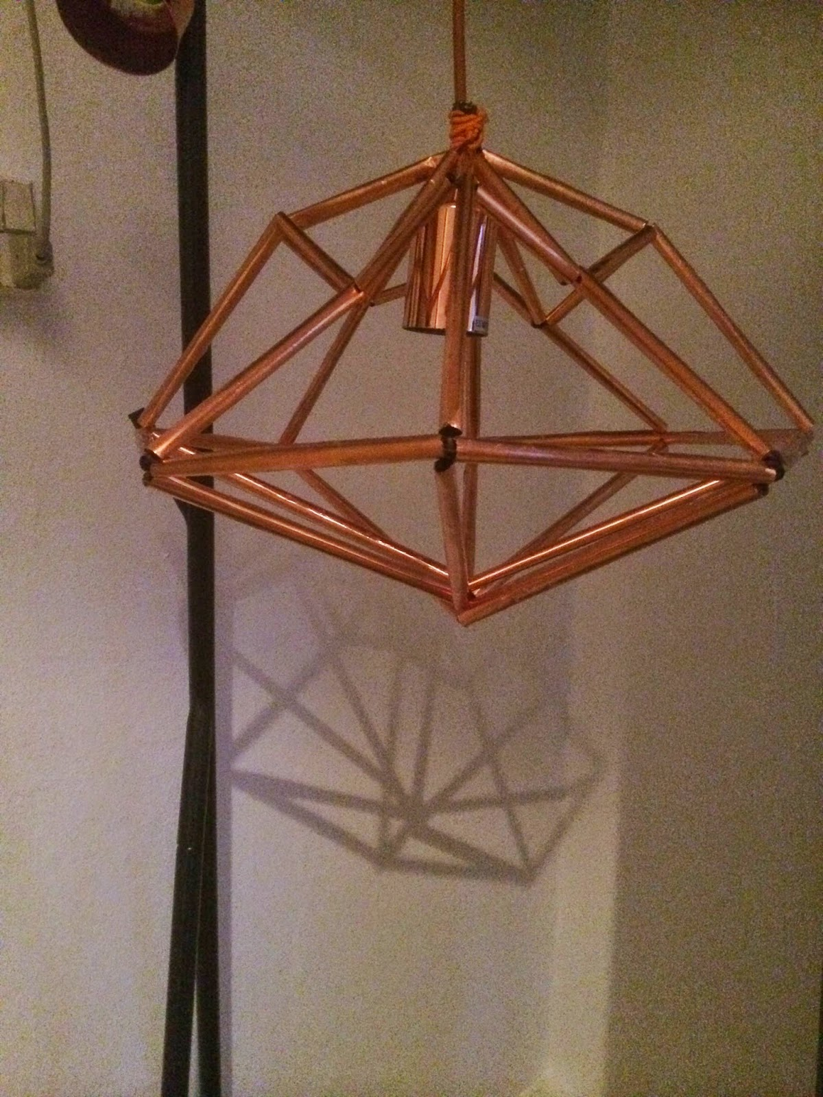 DIY diamant lampe af kobbersugerør