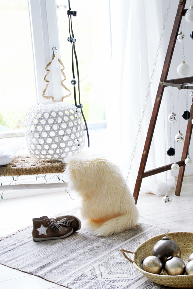 Sicht auf eine Leiter an der Weihnachtskugeln hängen