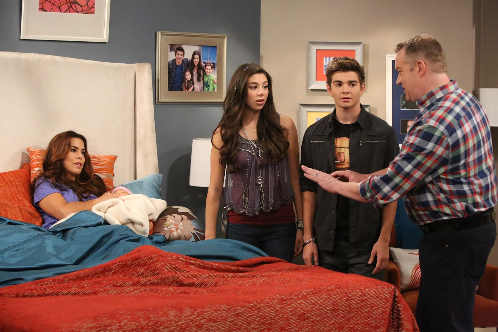 a hero is born pictured phoebe kira kosarin max jack griffo hank chris tallman and barb rosa blasi in the thundermans on nickelodeon
