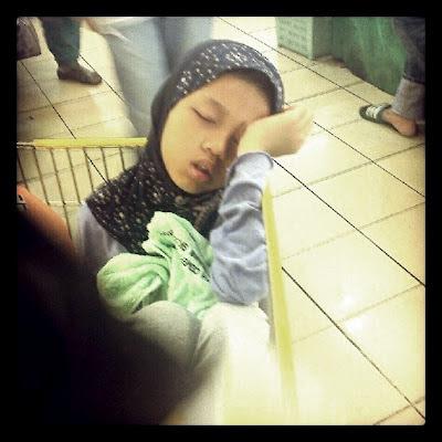Terlalu Letih - Tertidur Dalam Troli Pasaraya