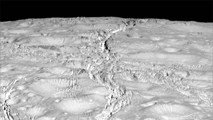 Extraña grietas en luna de Saturno.