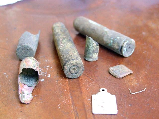 Łuski i szkaplerz odnaleziony w miejscu egzekucji.