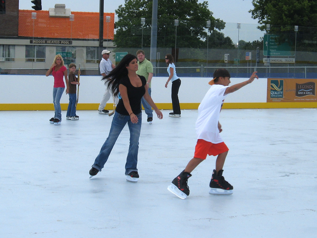 ice skating The ice skating rinks listed below offer a safe way to celebrate the cold weather please call rinks before your visit to confirm hours, as outdoor skating rink schedules can change due to weather conditions.