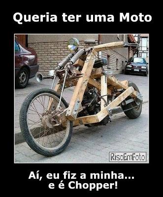 Motocicleta no estilo chopper como muitas partes da estrutura feitas em madeira