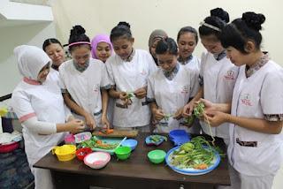 baby sitter menyediakan makanan sehat untuk anak