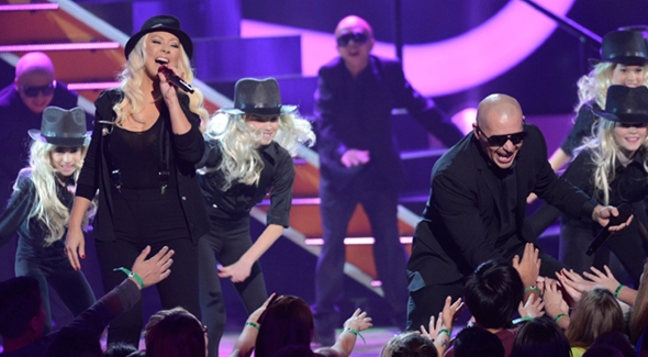 Christina Aguilera e Pitbull cantam Feel This Moment no Kids Choice Awards 2013 e ele toma um banho de tinta verde.