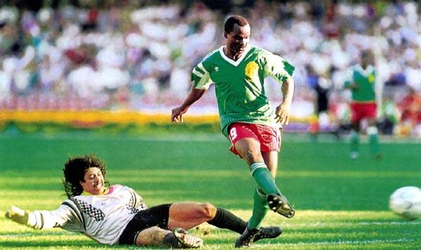 René Higuita intentando impedir el gol de Roger Milla