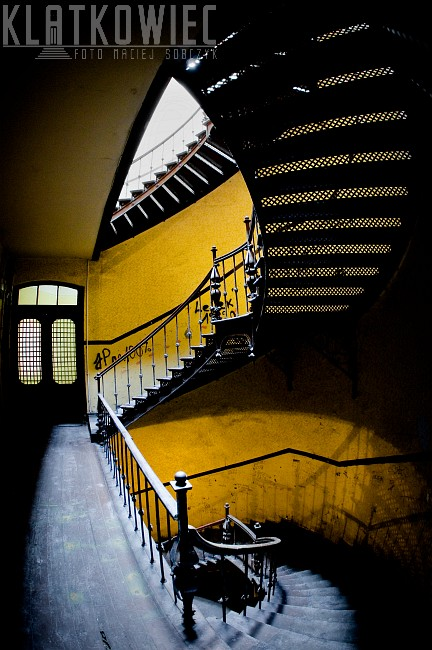 Chorzów. Kamienica. Klatka schodowa ze stalowymi, półkręconymi schodami.