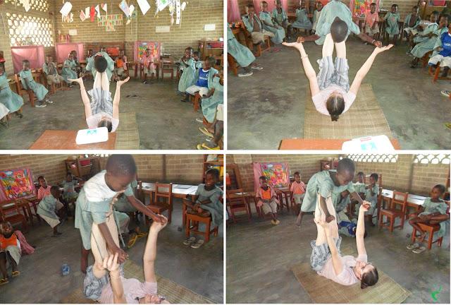I bambini della scuola della Missione togolese giocano a fare l'aereoplano