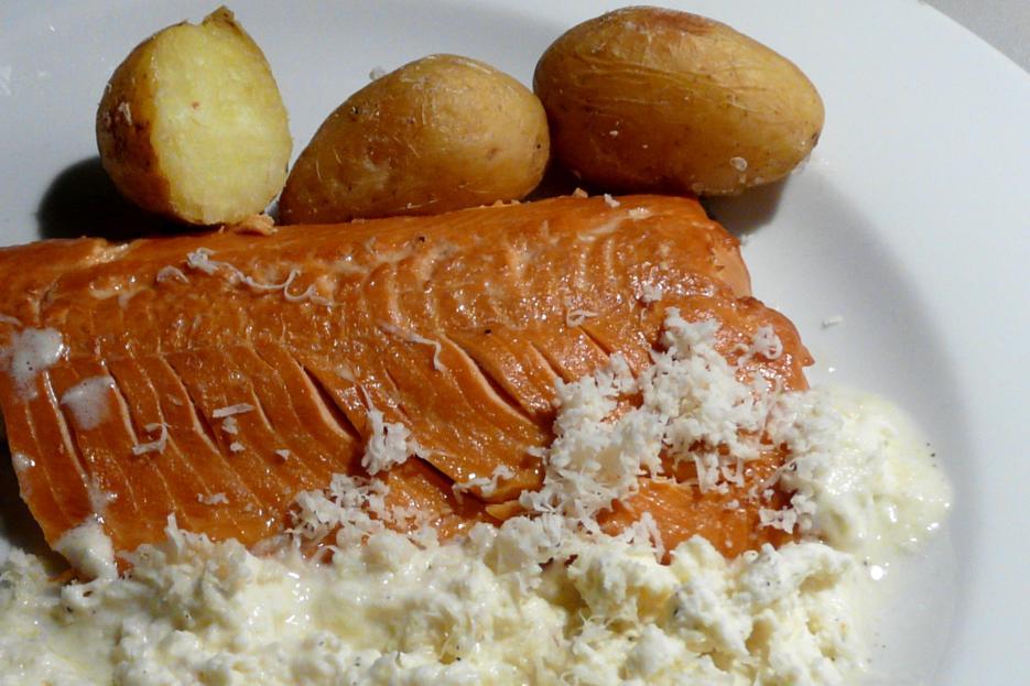 Kulinarische Welten zu Fisch- und Meeresfrucht: Seesaibling geru00e4uchert mit Kartoffeln in der ...