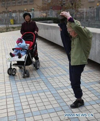 Zhao%2BYufan%2B%25282%2529 - Physically fit 82-year-old grandma - Weird and Extreme