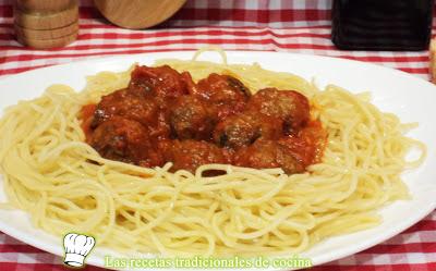Espaguetis con albóndigas de pollo y salsa de tomate