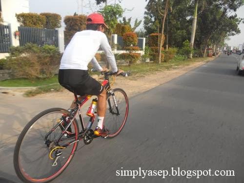 sepeda sedang berjalan