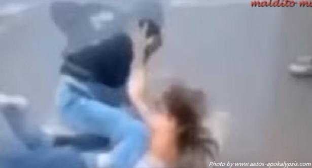 ΣΟΚ Φρικτό βίντεο: Ισλαμιστές χτυπουν ανυπεράσπιστη τουρίστρια στο Παρίσι!