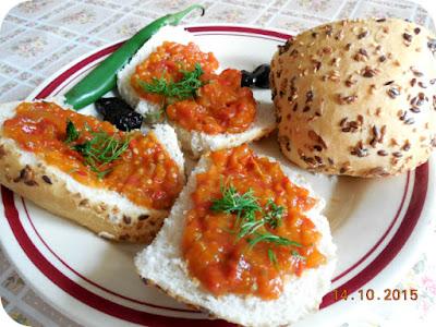 zacusca de casa pe paine cu seminte