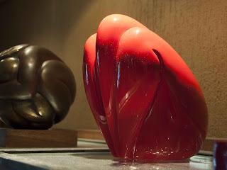 sculptures en résine d'Adèle Vergé : Couple sphère et Femme oiseau