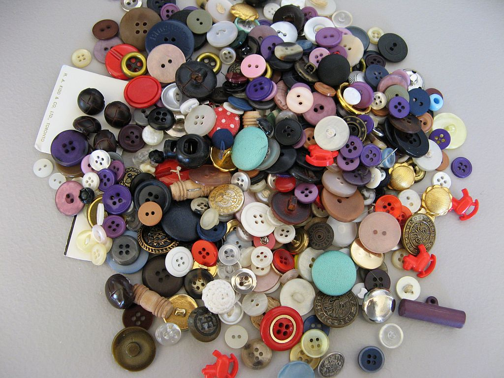 dating shell buttons We stock a large range of unique, beautiful, individual metal buttons which can be both novel and practical the range includes buttons which are perfect for upholstery, jewellery making, embellishing, soft furnishings, tailoring, sewing and kntting.