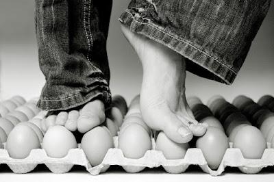 Ovos, pisar, pisando em ovos, dúzia de ovos