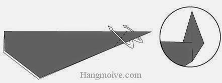 Bước 5: Gấp ngược góc của tờ giấy lên phía trên để tạo đuôi.