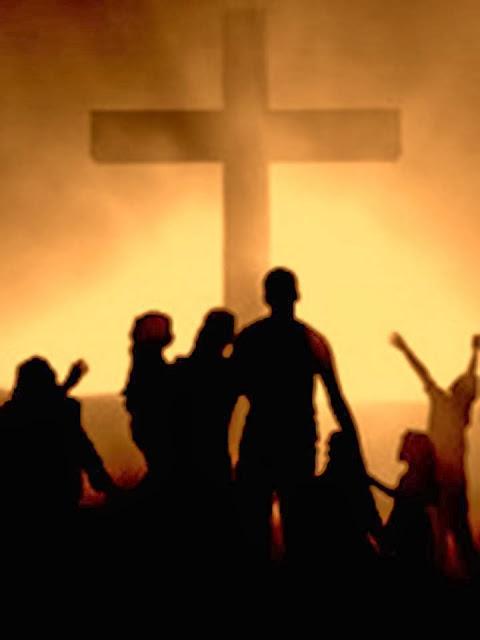 Familia delante de la Cruz
