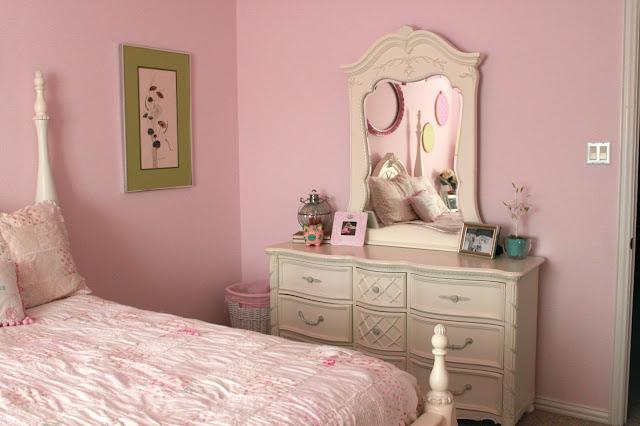Crafty texas girls pretty in pink shabby chic bedroom for Mirror synonym