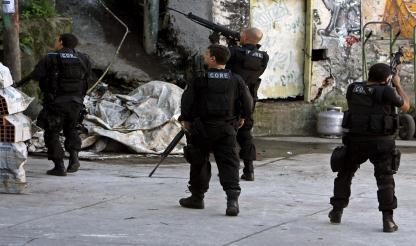 Brasil: Treze policiais são presos suspeitos de revender armas e drogas apreendidas