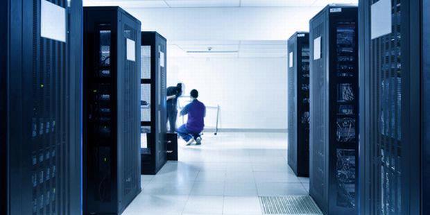 Data center yang menjadi tempat server internet bekerja 24 jam tanpa henti dan menyedot listrik secara kontinu.