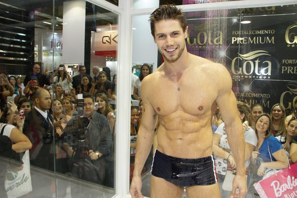 ex-BBB Jonas Sulzbach toma banho de sunga em feira de beleza