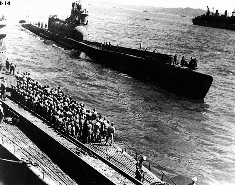 подводная лодка и американский авианосец