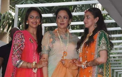 Esha,Ahana,Hema Malini at Mehendi Ceremony
