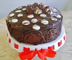 Torta de chocolate/bolo branco com recheio de ameixa/doce de leite