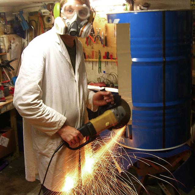 Latões de óleo transformados em armário