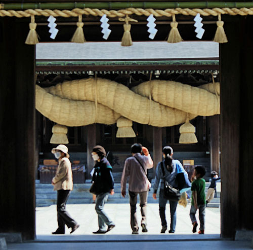 The giant shimenawa rope at Miyajidake shrine.
