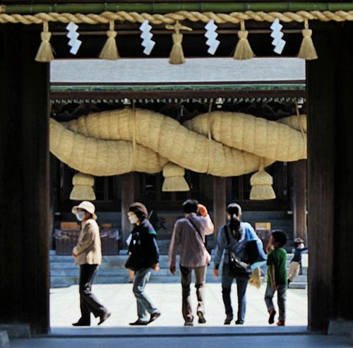 The giant shimenawa rope at Miyajidake shrine.