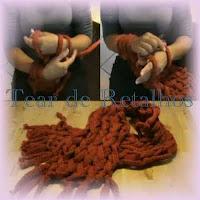 Fazendo tricô sem usar agulhas, usando apenas os braços.