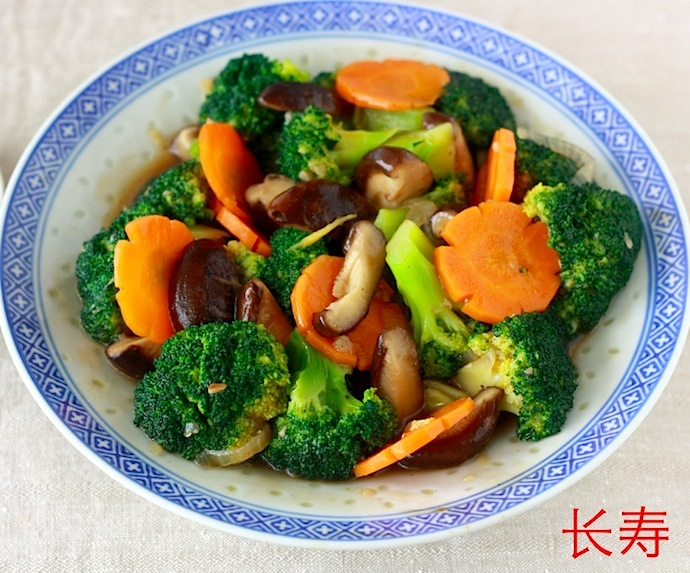 Stir-fried broccoli and mushroom recipe by SeasonWithSpice.com