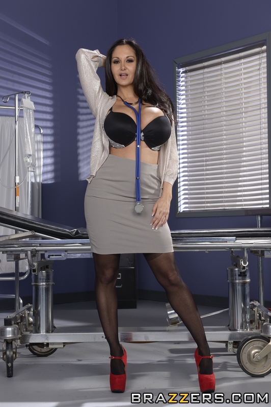Stocking attired Euro brunette Ava Addams exposing large boobs in office № 372525 загрузить