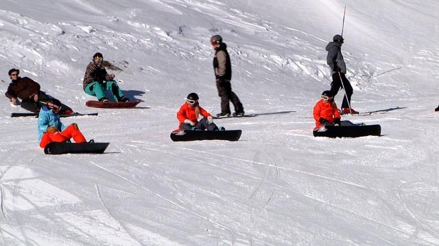 Het Paralympisch snowboard team aan het trainen in Les 2 Alps